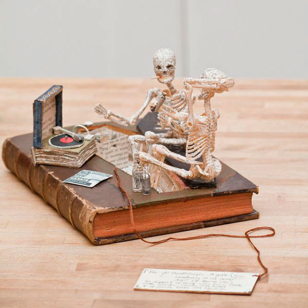 Скелеты - скульптура из книги