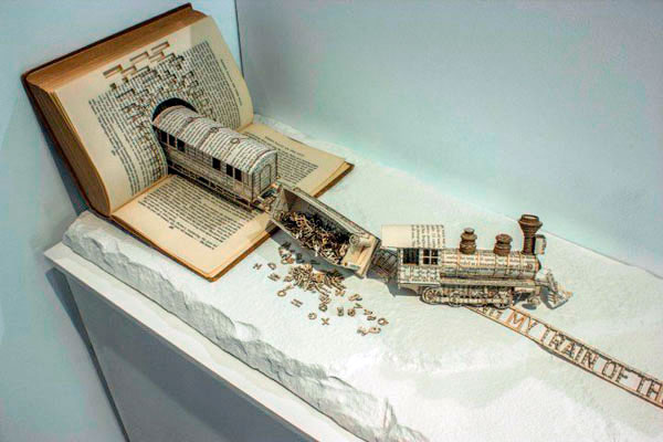 Поезд - скульптура из книги