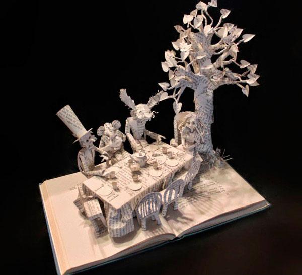 Алиса в стране чудес - скульптура из книги