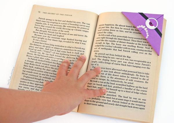 Закладка - миньон в книжке