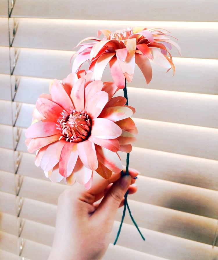 Георгины из бумаги-заворачиваем проволоку флористической лентой