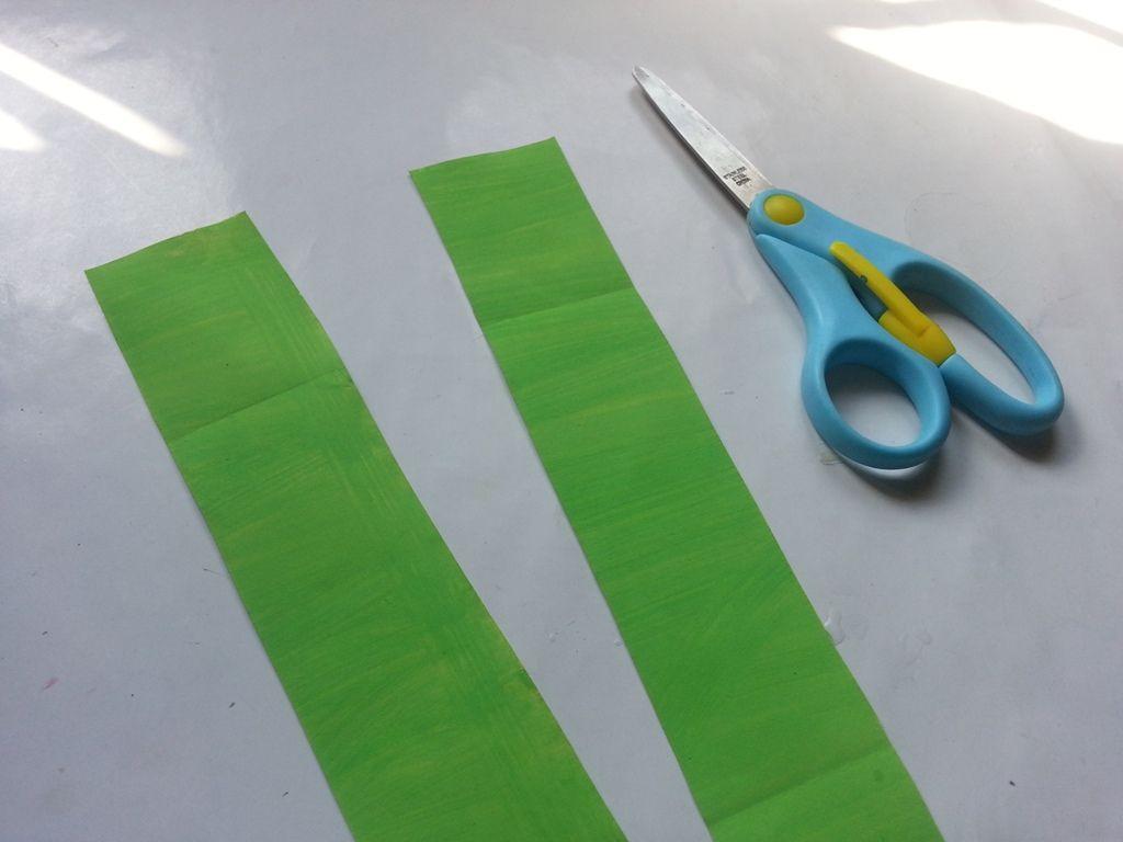 Гиацинты из бумаги-нарезаем бумагу для стебля