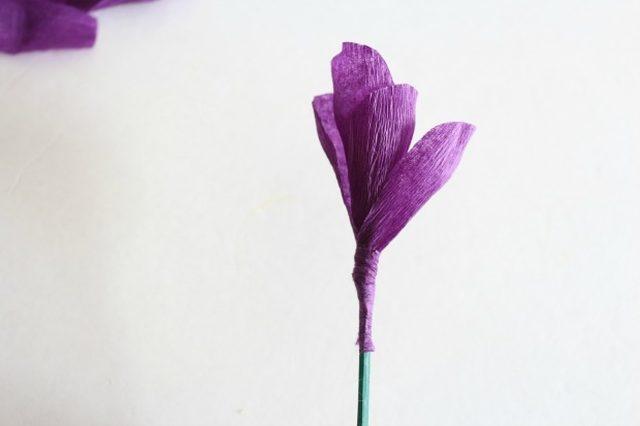 Крокусы из бумаги-приклеиваем фиолетовую полоску