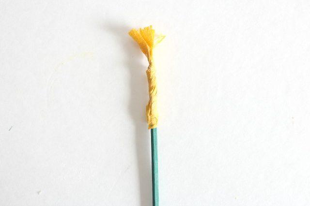 Крокусы из бумаги-скручиваем тычинки