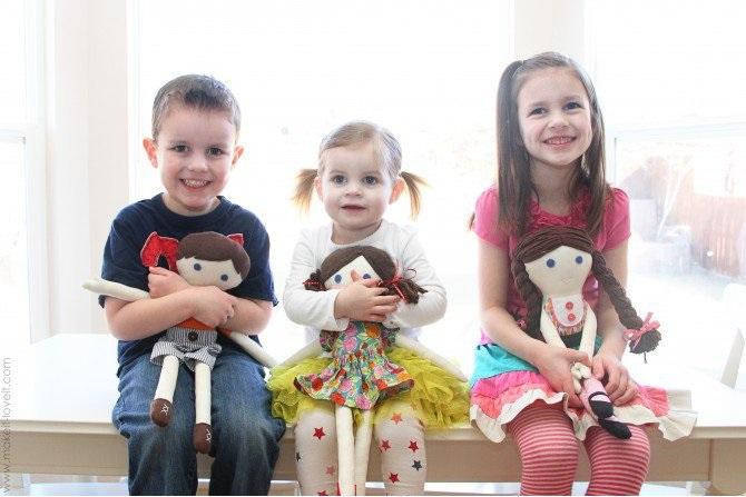 дети с куклами из лоскутков