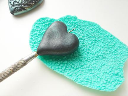 Кулон из глины-пропечатайте текстуру