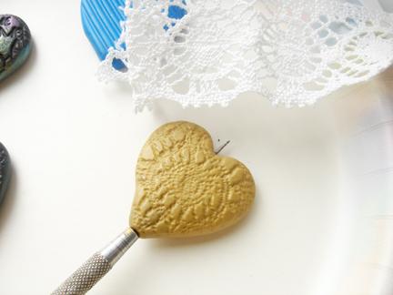 Кулон из глины-пропечатайте кружево
