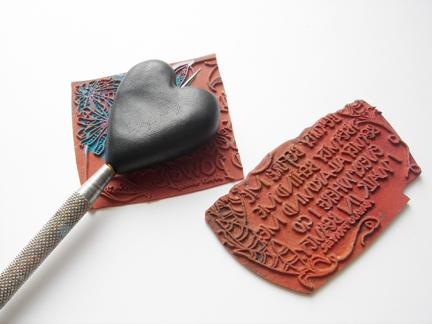 Кулон из глины-пропечатайте штамп