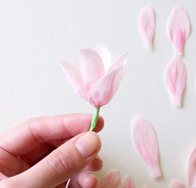 Магнолии из бумаги-готовый цветок