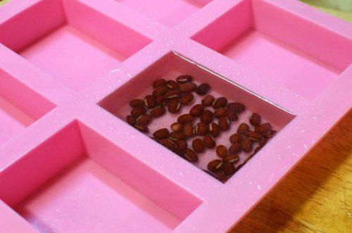 Мыло с фасолью-заливаем фасоль прозрачной базой