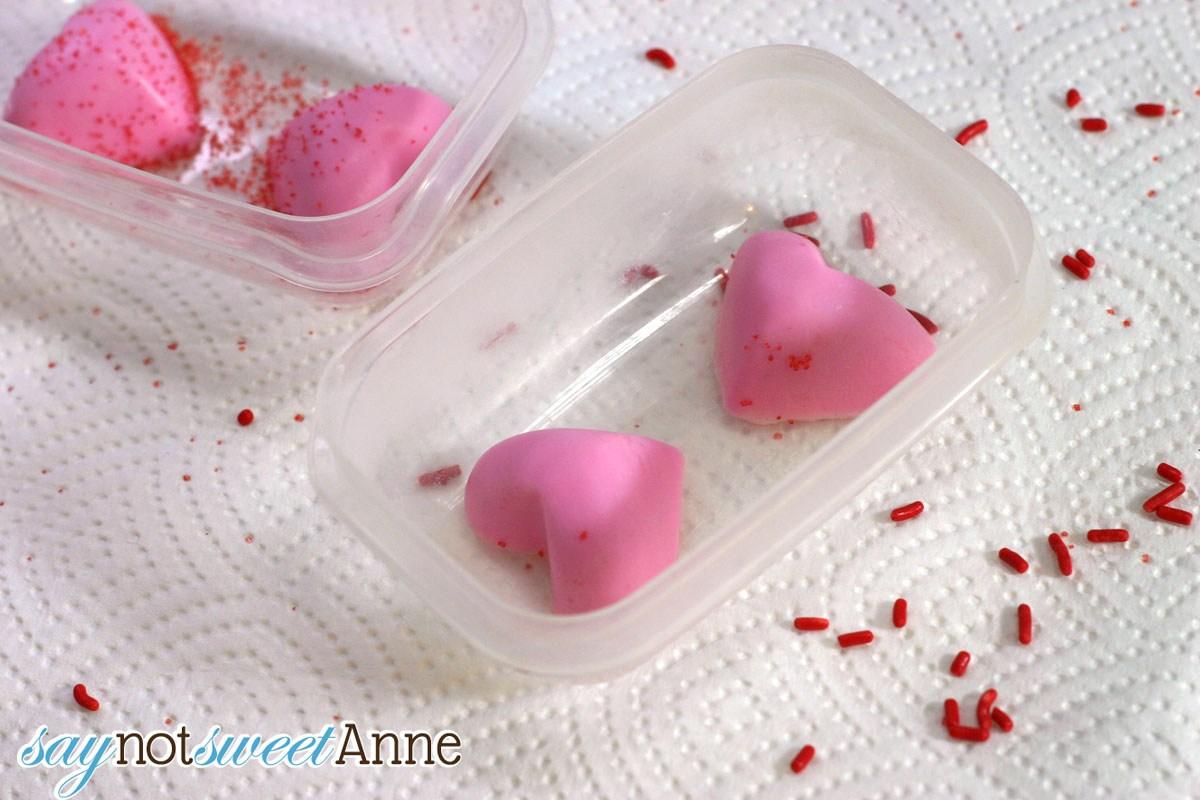 Мыло с сердечком-укладываем сердечки в контейнер