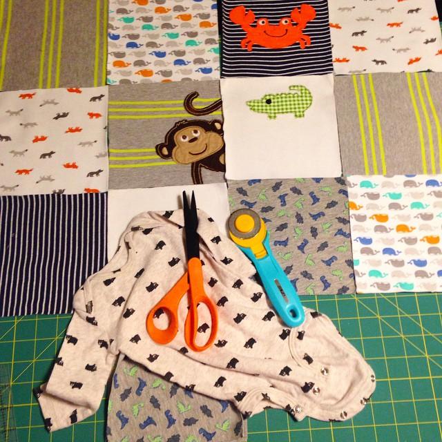 Вырезаем заготовки для одеяла по краю флизелина