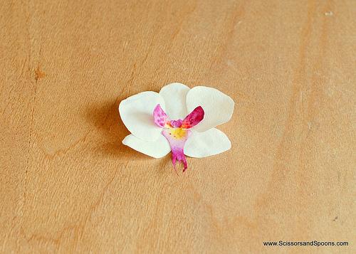 Орхидея из бумаги-вклеиваем серединку