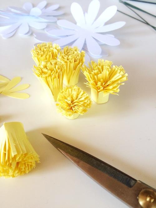 ромашка из бумаги - обрезаем бахрому
