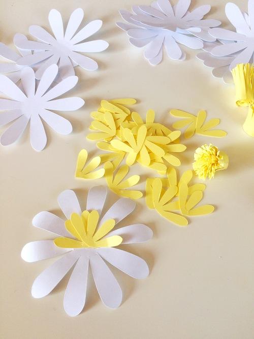 ромашка из бумаги - клеим желтые лепестки