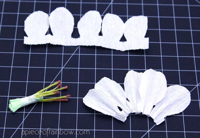 Цветущая вишня из бумаги-сжимаем листочки