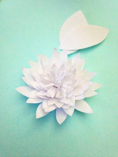 Водяные лилии из бумаги-вклеиваем серединку