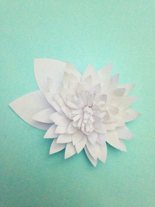 Водяные лилии из бумаги-приклеиваем листики к цветку