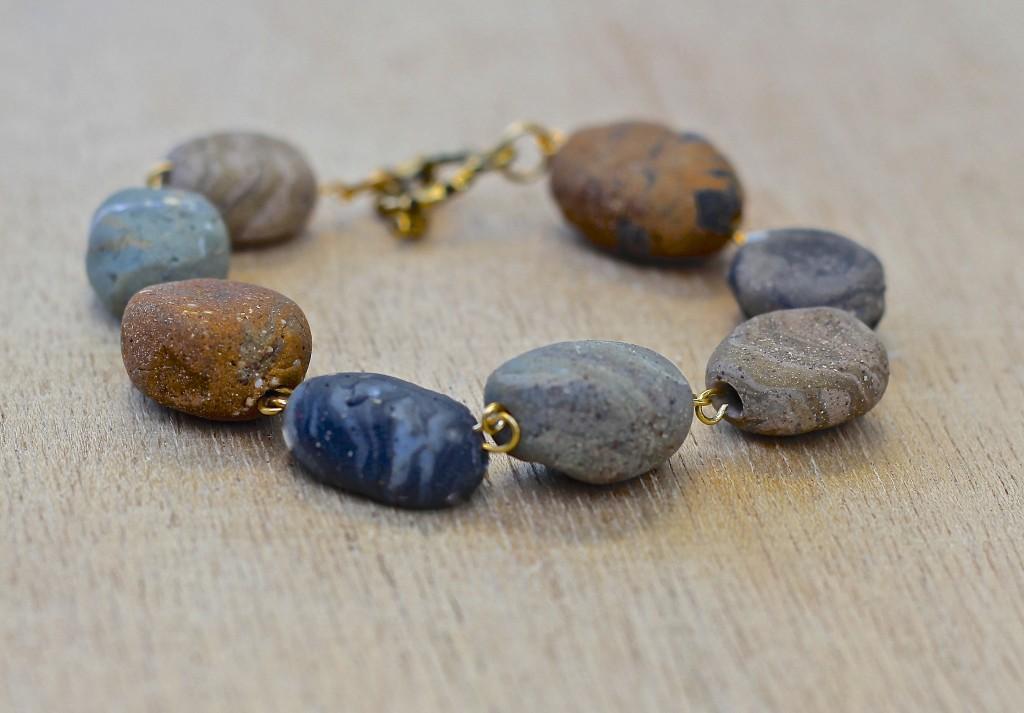 Бусины в виде галечных камней