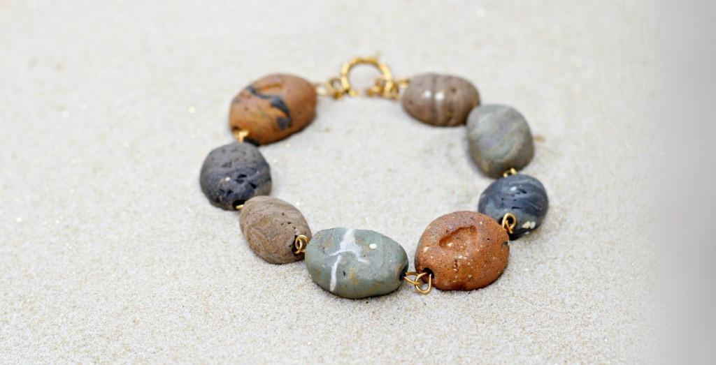 Бусины в виде галечных камней-браслет