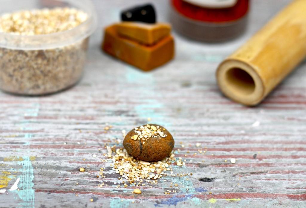 Бусины в виде камней-посыпьте мускатным орехом
