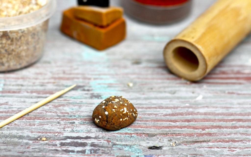 Бусины в виде камней-вдавите крупинки в глину