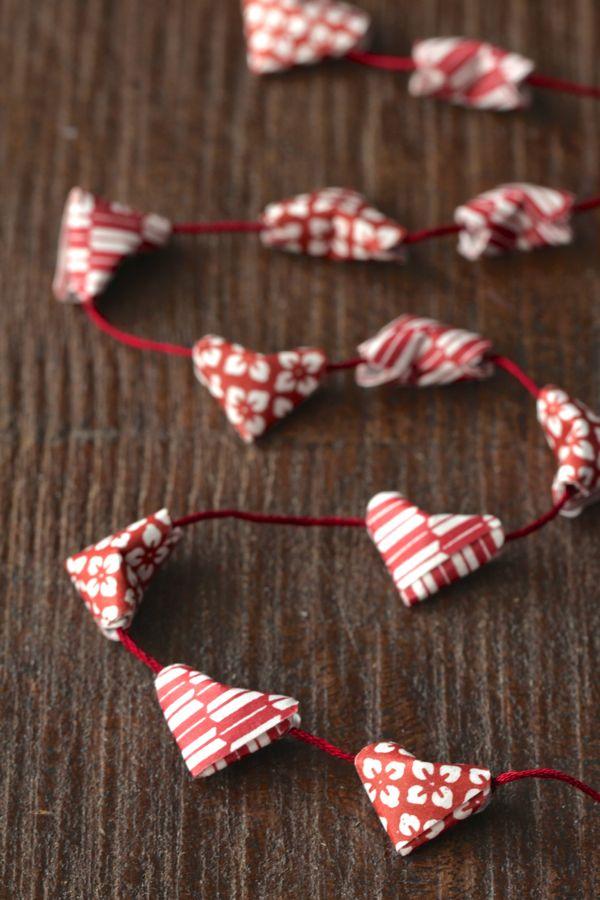Гирлянда с сердечками из бумаги в технике оригами