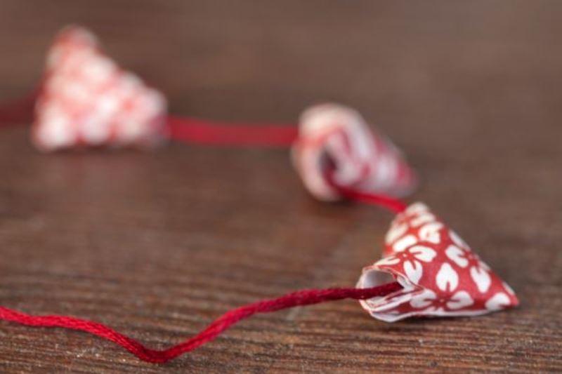 Гирлянда с сердечками на красной нити
