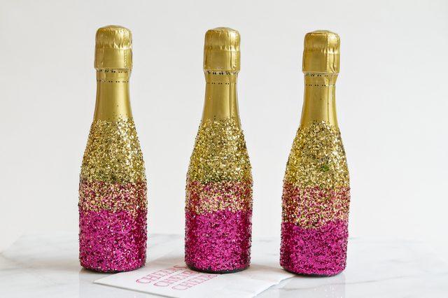 Как украсить шампанское с помощью блесток