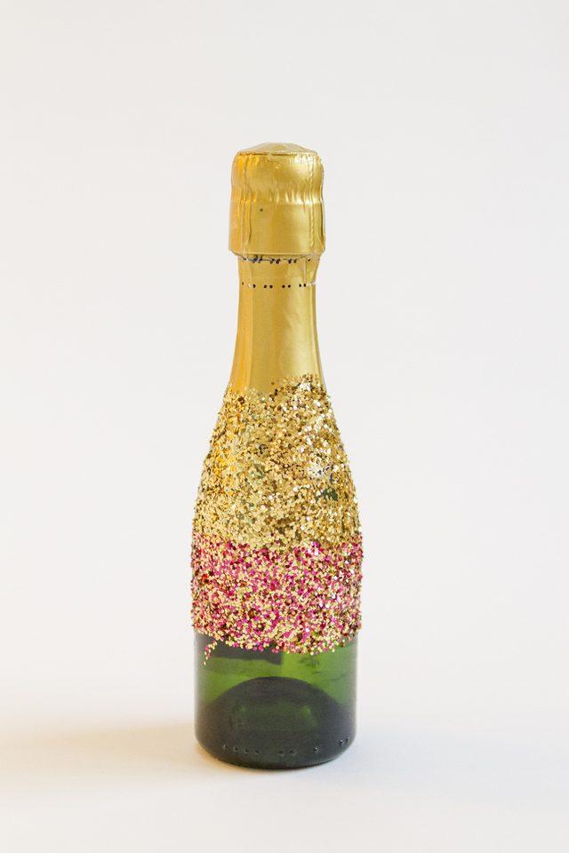 Как украсить шампанское-нанесите смешанный блеск