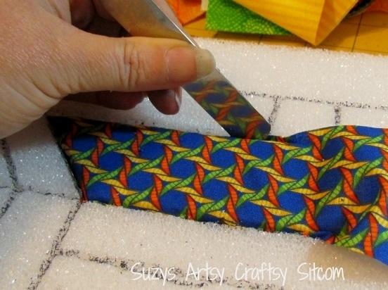 заправляем лоскутки в прорези ткани
