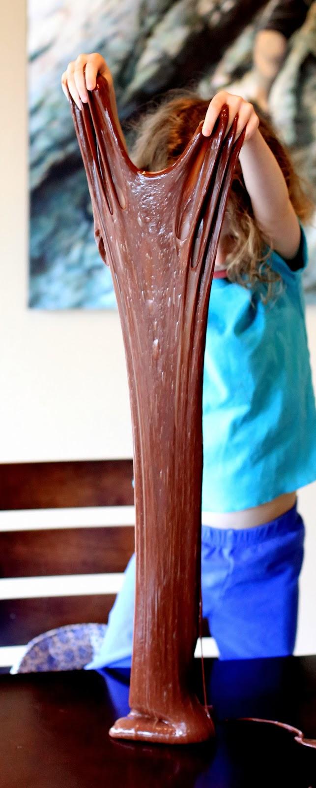 Лизун с ароматом шоколада-вытягивание субстанции вверх