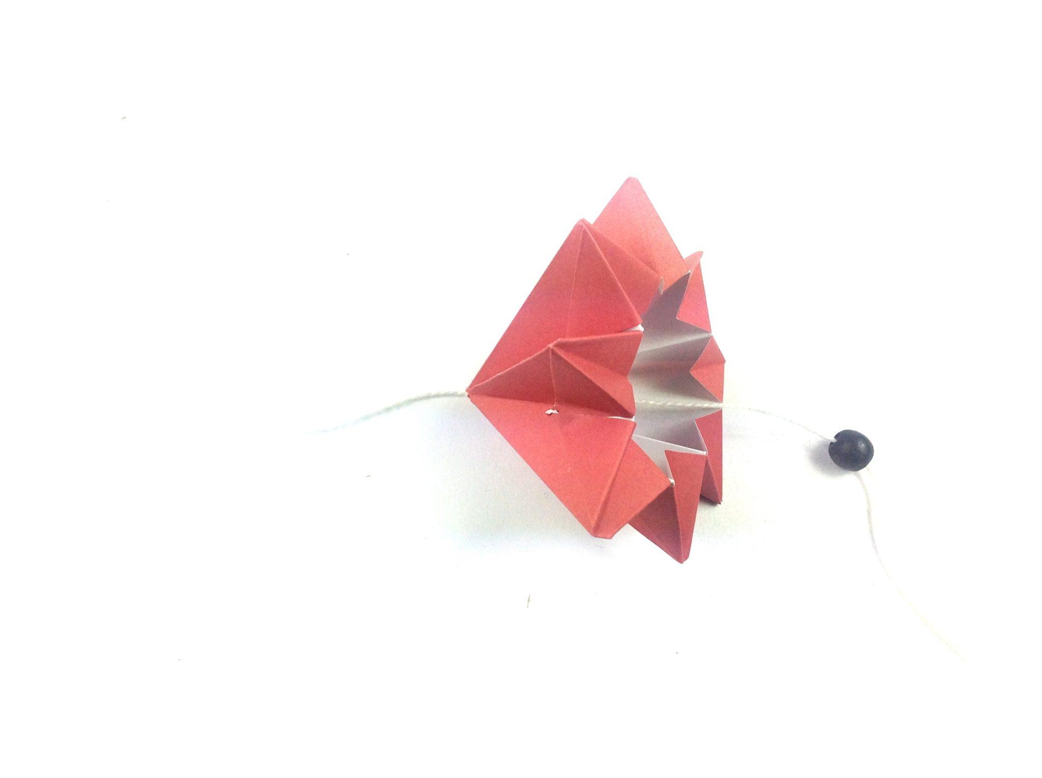 Мобиль оригами-прикрепите бусинку