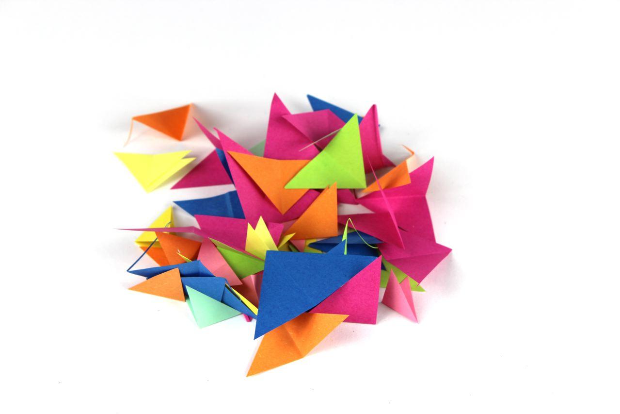 Мобиль оригами-обрезки цветной бумаги