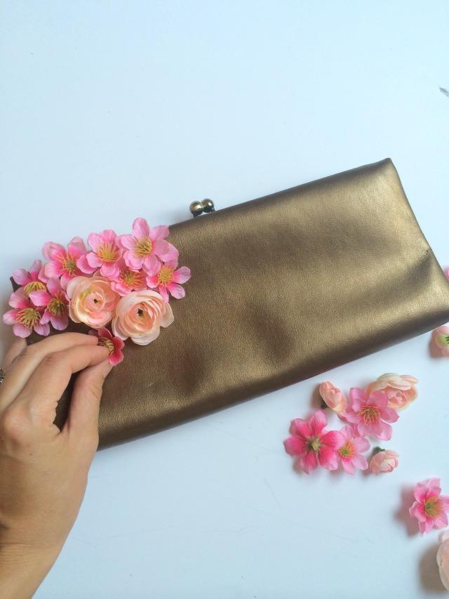 Украшение сумочки цветами-приклейте цветы