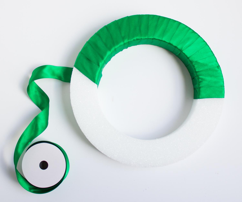 Венок из фетра-оберните круг из пенопласта лентой