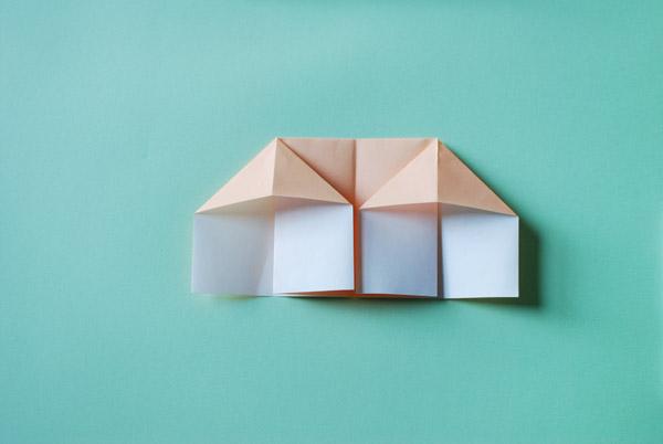 Домик оригами-приплюсните бумагу с другой стороны