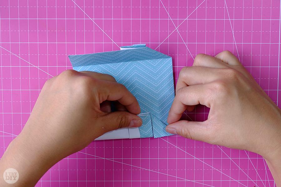 Оригами конверт для денег-сделайте складку с другой стороны