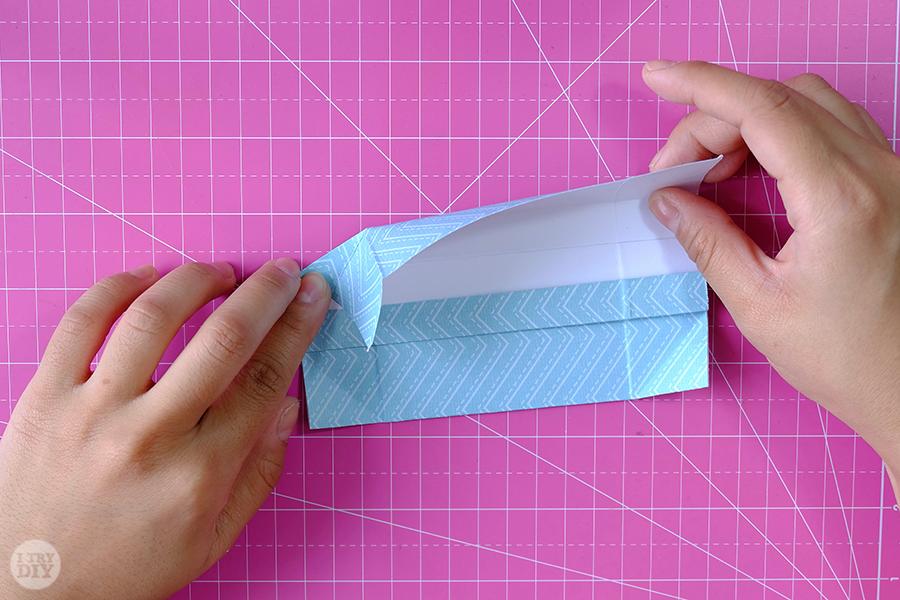 Оригами конверт для денег-загните левый угол