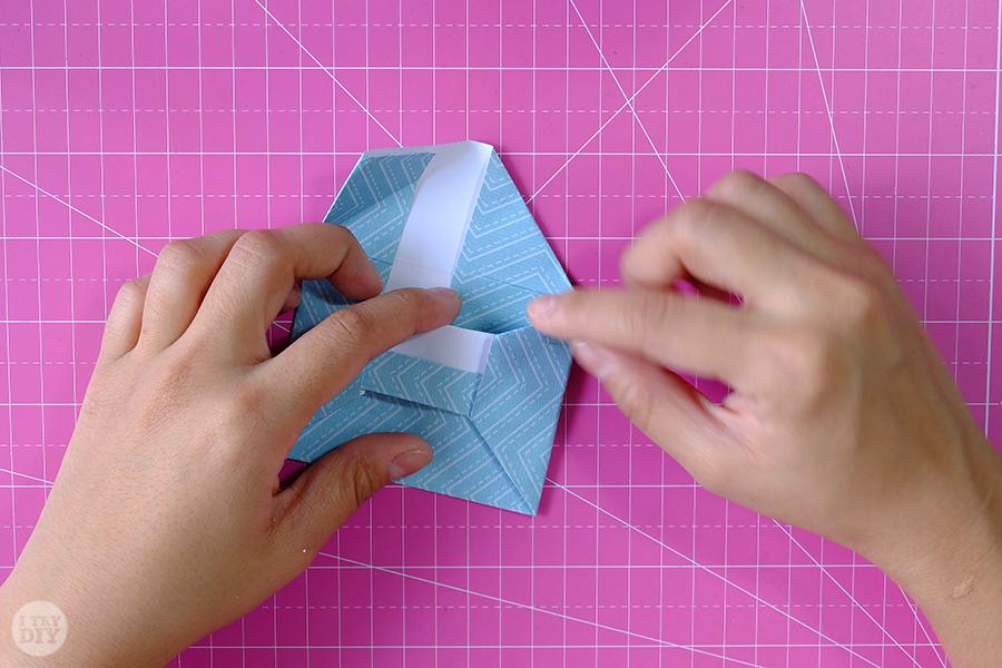 Оригами конверт для денег-заверните угол за поясок