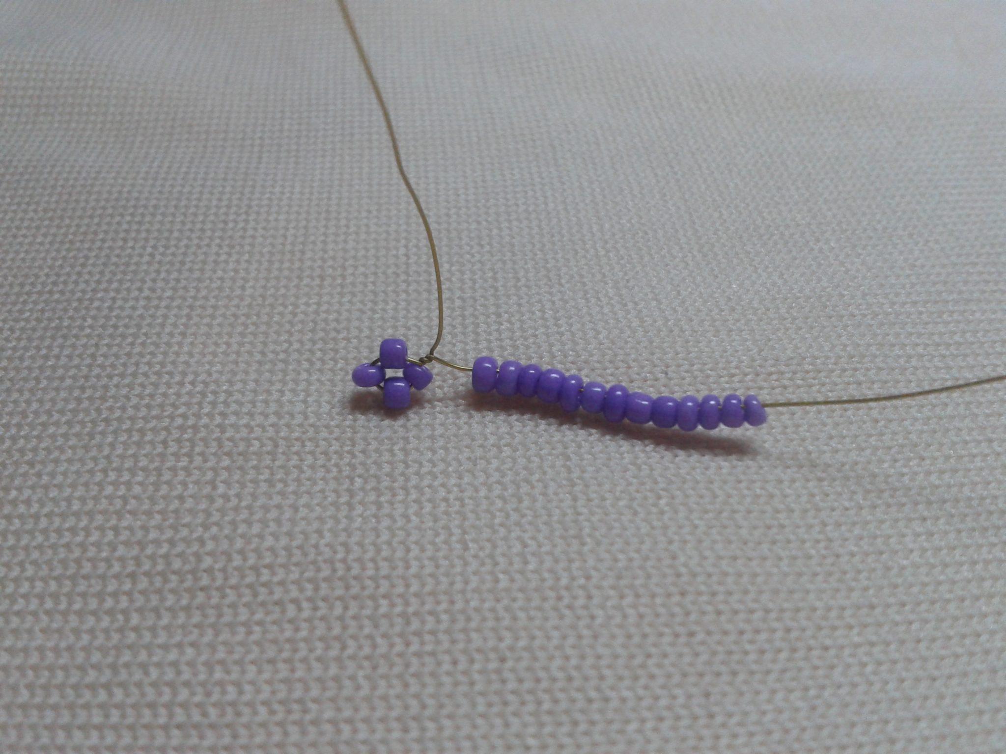 плетение фиалки из бисера 1