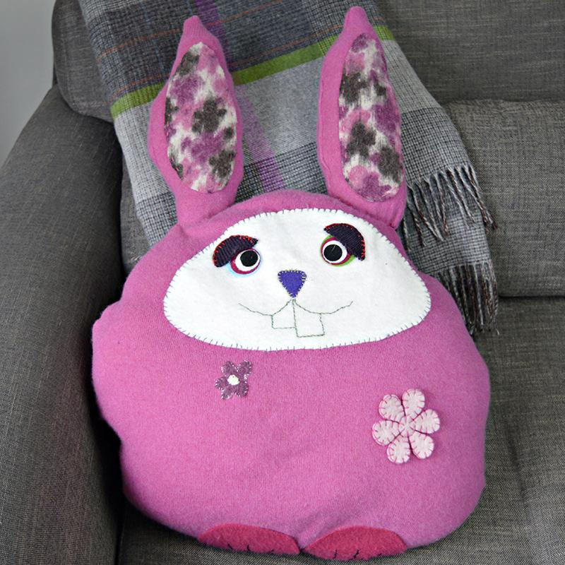Подушка из старого свитера в виде пасхального зайца
