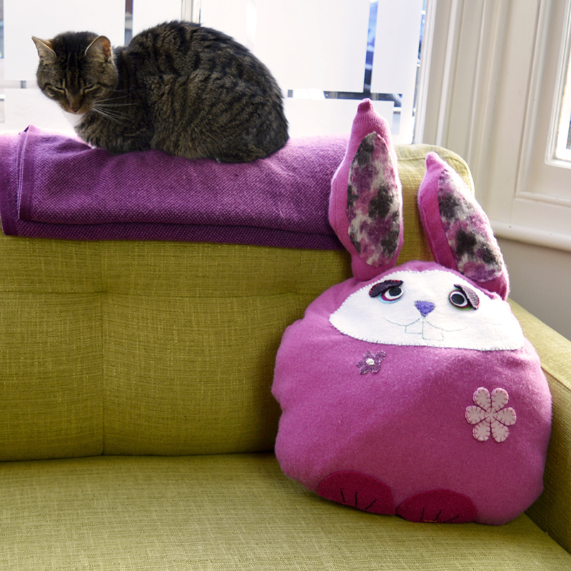 Подушка из старого свитера в кресле