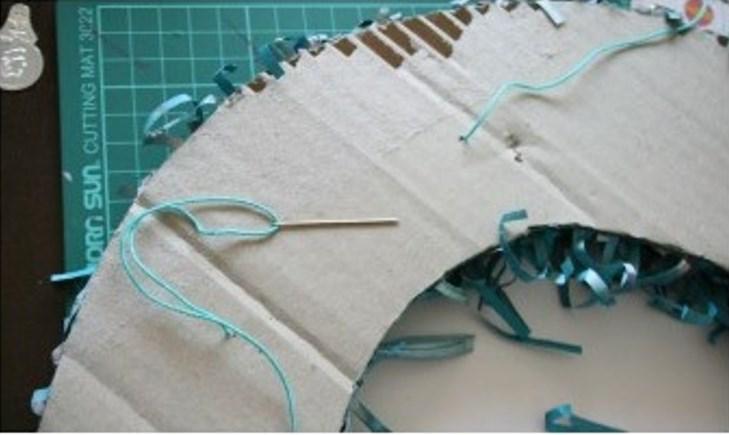 Венок из бумаги-приделайте петлю