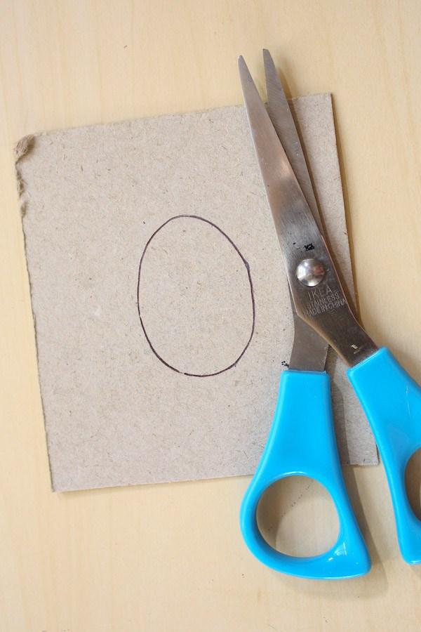 Брошь жук из бисера-нарисуйте овал