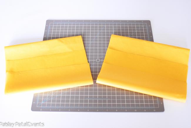 Разрезаем пополам лист папиросной бумаги