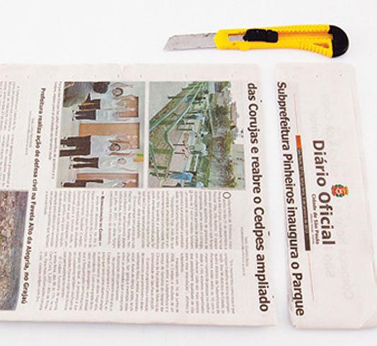 Скручиваем трубочки из газетных листов