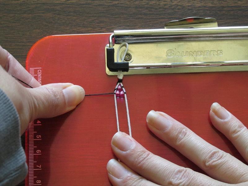 Простой браслет из бисера-проведите иглу сквозь 2 бисерины