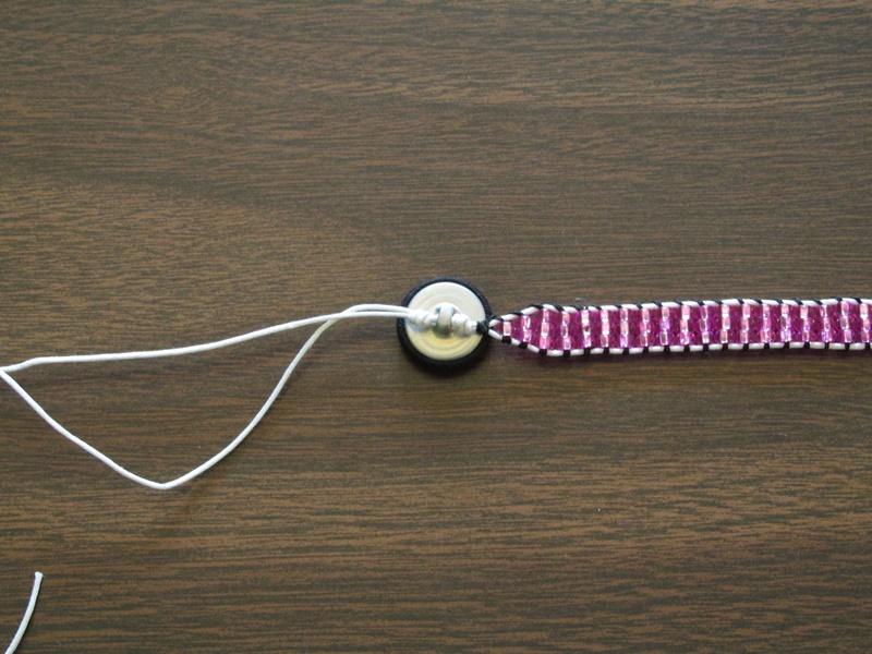 Простой браслет из бисера-завяжите второй узел