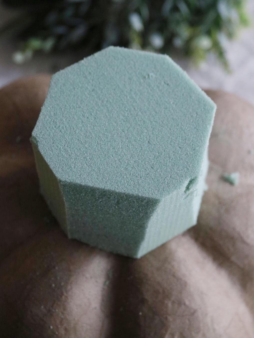 Как сделать цветочную композицию - отрежьте уголки на кубе